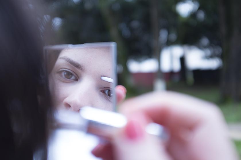 Aplicando gel fixador para sobrancelhas Marina Smith