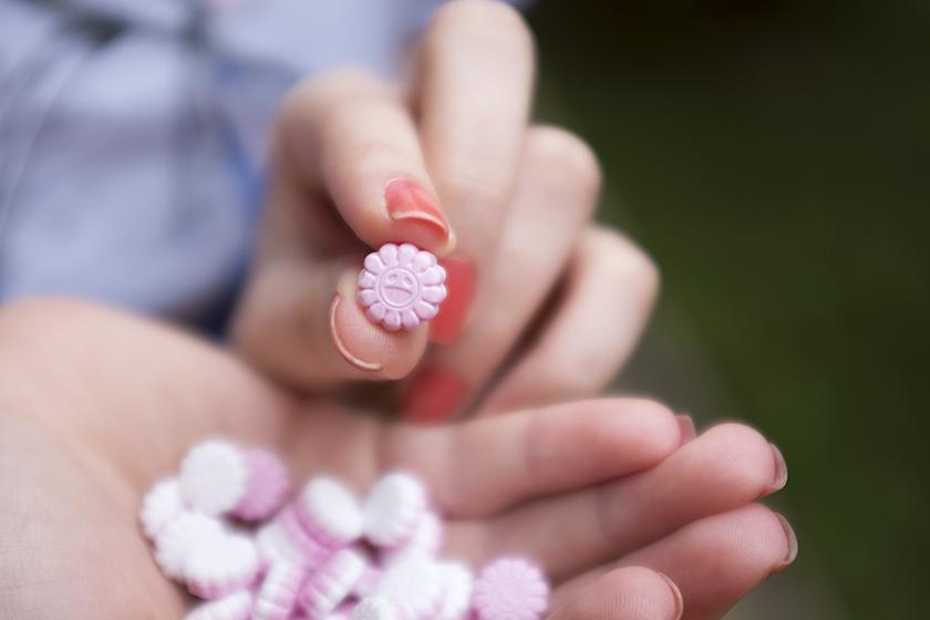Mentos cereja formato flores felizes