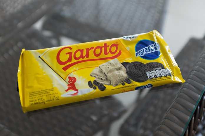 Barra de chocolate branco Garoto com pedaços de Negresco