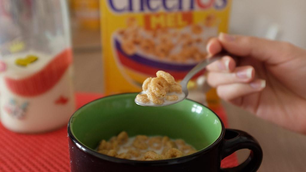 Cereal Cheerios da Nestlé na caneca