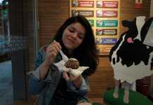 Fabíula experimentando Ice Cupcake Ben & Jerry's
