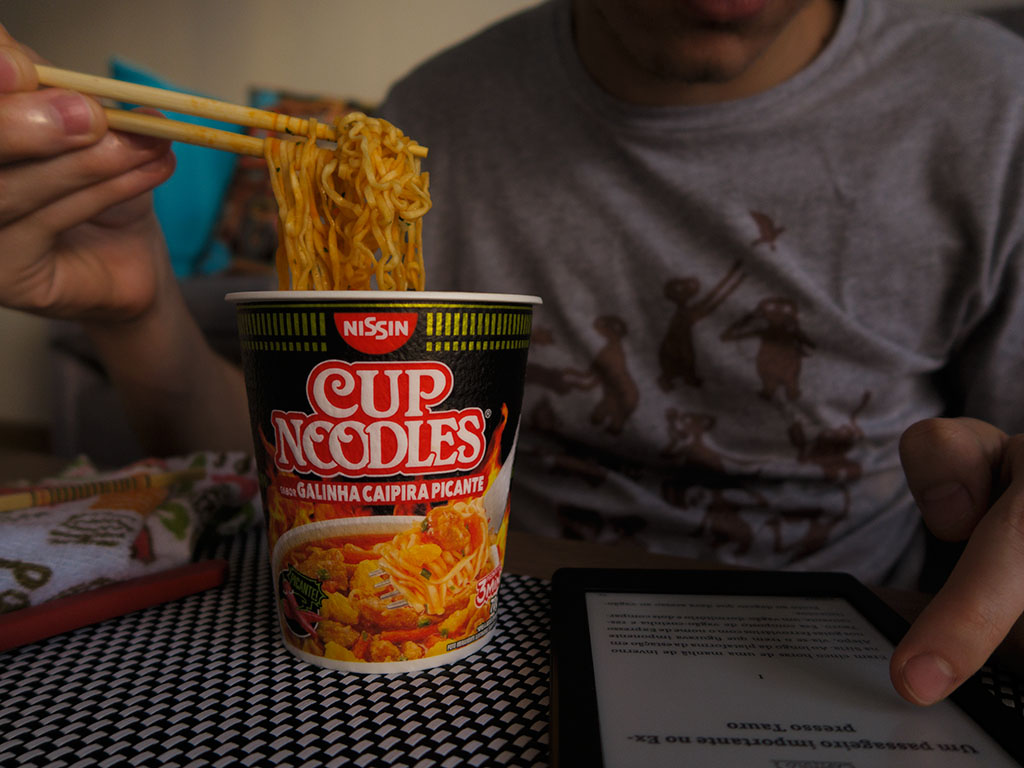 Cup Noodles de Galinha Caipira Picante no Hashi