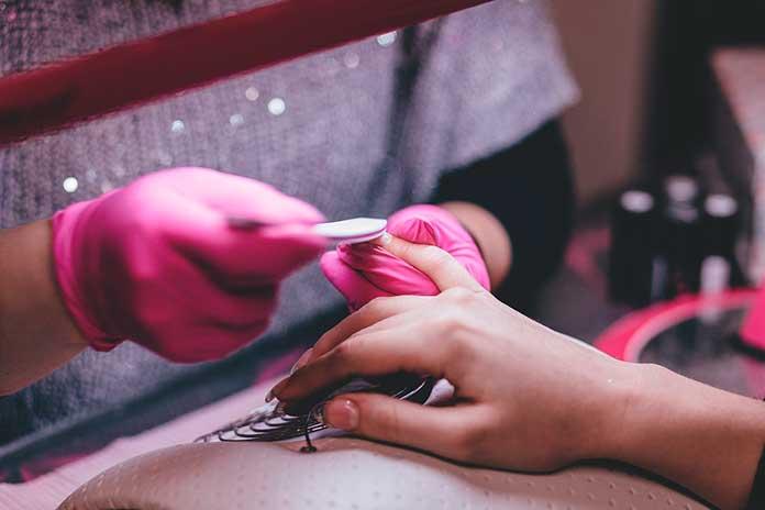 Manicure Retirando Cutículas de Mulher