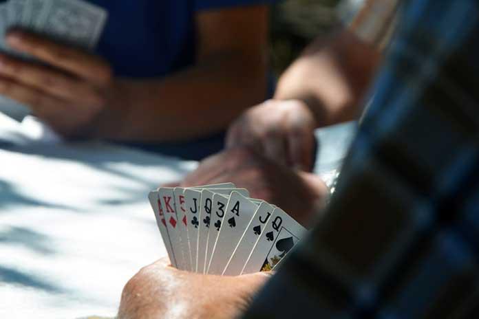 Jogando Cartas com Amigos