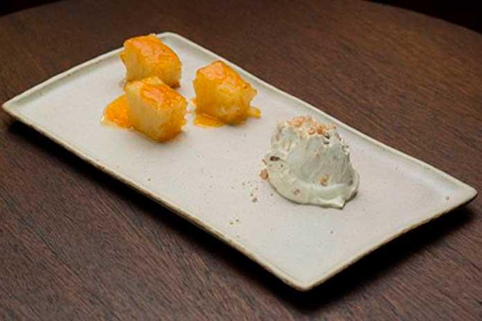 Abacaxi Assado com Creme de Mascarpone e Biscoito Amaretto