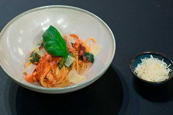 Espaguete ao Molho de Tomate Rústico com Panceta e Bacon