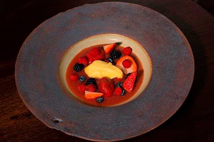 Sopa de Frutas Vermelhas com Sorvete de Maracujá e Ervas